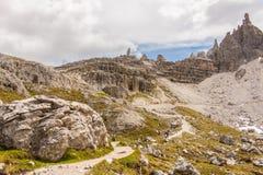 Trekking i de italienska fjällängarna runt om de tre maxima Arkivfoto