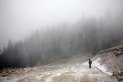 Trekking i en dimmig morgon Fotografering för Bildbyråer