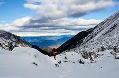 Trekking i ett högt vinterberg Fotografering för Bildbyråer