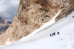 Trekking i Himalaya fotvandrare som går upp Royaltyfri Foto