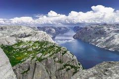 Trekking i norska fiords fotografering för bildbyråer