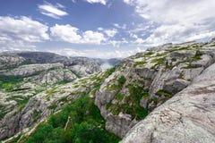 Trekking i norska fjordar - sikten över Lysefjord från en slinga till Preikestolen, aka som Pulpeten vaggar (Lysefjord) Arkivfoto