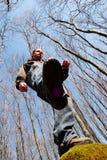 Trekking im Holz lizenzfreies stockbild