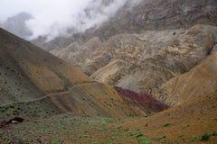 Trekking im Markha-Tal in Karakorum-Bergen nahe Leh-Stadt lizenzfreie stockfotos