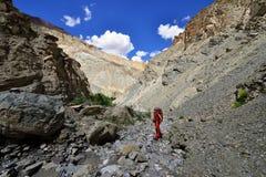 Trekking im Markha-Tal in Karakorum-Bergen nahe Leh-Stadt lizenzfreies stockfoto