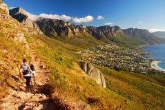 Trekking im Nationalpark des Tafelbergs Ansicht über Stadt und Tabellen-Berg vom seaa versehen mit Seiten Westlicher Umhang Berüh Stockfotografie