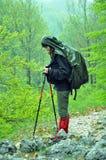 Trekking im Regen lizenzfreie stockfotos
