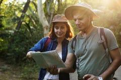 Trekking indien de couples ensemble par la forêt Image libre de droits