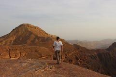 Trekking israeliano dello studente in bella natura Fotografie Stock