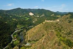 Trekking na montanha Stolovi com a fortaleza sérvio medieval Maglic e o desfiladeiro de Ibar do rio no fundo Imagem de Stock