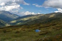 Trekking na paisagem dos cumes do verão de Tirol fotos de stock