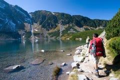 Trekking nas montanhas Fotos de Stock Royalty Free