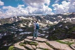 Trekking nas montanhas Fotografia de Stock
