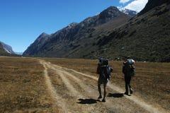 Trekking nella valle della montagna Fotografia Stock