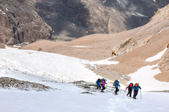Trekking nelle viandanti dell'Himalaya che camminano su sul ghiacciaio Fotografia Stock
