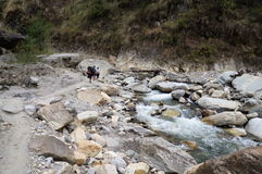 Trekking Nepals Annapurna durch den Fluss Stockfotografie