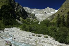 Trekking no La Fouly em Val Ferret Region - os cumes suíços fotos de stock