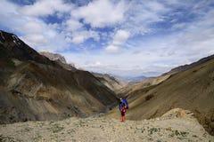 Trekking no vale de Markha em montanhas de Karakorum perto da cidade de Leh fotos de stock royalty free