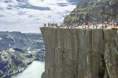 Trekking in Noorse fjorden (Lysefjord) stock afbeelding