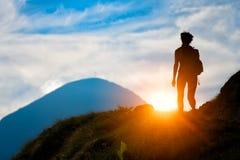 Trekking in silhouet stock afbeelding
