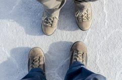 Trekking skor på Salar de Uyuni Arkivbild