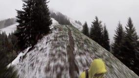 Trekking solo della viandante in montagne delle alpi della Svizzera archivi video
