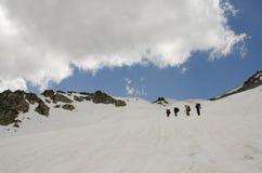 Trekking sulla montagna nevosa Immagini Stock