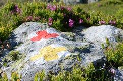 Trekking tecken för berg Arkivbild