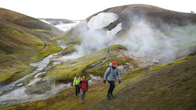 trekking Varm ånga från en geotermisk pöl i Landmannalaugar, Island lager videofilmer