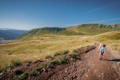 Trekking w góry dziewczyny turyście Zdjęcie Royalty Free