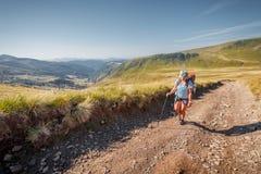 Trekking w góry dziewczyny turyście Fotografia Royalty Free
