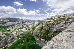 Trekking w Norweskich fjords - widok nad Lysefjord od śladu Preikestolen aka Pulpet skała (Lysefjord) Zdjęcie Stock