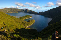 Trekking w Pożarniczym x28 & lagunie; Lagoa robi Fogo& x29; Zdjęcia Royalty Free