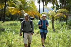 Trekking zwei Wanderer heraus stockfotos
