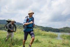 Trekking zwei Wanderer heraus stockbild