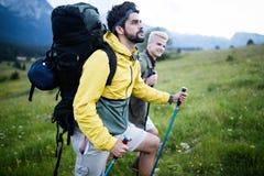 Trekking zwei Wanderer heraus in den Bergen stockfotos