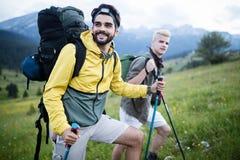 Trekking zwei Wanderer heraus in den Bergen stockbild