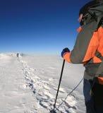 Trekkingmann im Winter lizenzfreie stockfotografie