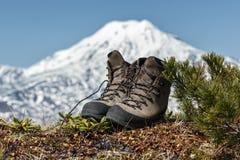 Trekkingslaarzen op achtergrondvulkaan Stock Fotografie
