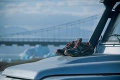 Trekkingsschuhe trocknen auf einer schmutzigen Mütze des Autos 4wd Lizenzfreies Stockfoto