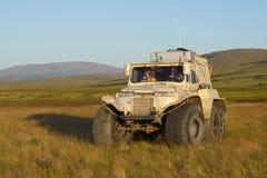 TREKOL-Geländewagen in der im August glättenden Tundra lizenzfreies stockfoto