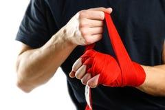 Trekt op het rode In dozen doen op handverbanden Knopen op handensporten Royalty-vrije Stock Afbeeldingen
