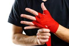 Trekt op het rode In dozen doen op handverbanden Knopen op handensporten Stock Foto's