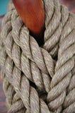 Trela em um pino belaying Fotografia de Stock Royalty Free
