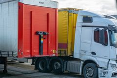 Trelleborg, Suède, 25 12 2018 : un camion avec une remorque garée dans le port photographie stock libre de droits