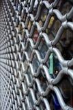 Trellis décoratif en métal sur la fenêtre Gril décoratif Photo libre de droits