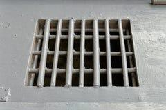 Trellis de prison sur une porte grise en métal, plan rapproché photographie stock libre de droits