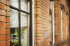 Trellis de vintage et brique rouge Murs de brique rouge et de fenêtre Fond brouillé Photographie stock libre de droits