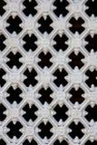 Trellis en métal blanc sur un fond foncé Image stock