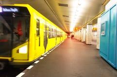 Trem amarelo em Berlin Metro Subway subterrâneo fotos de stock